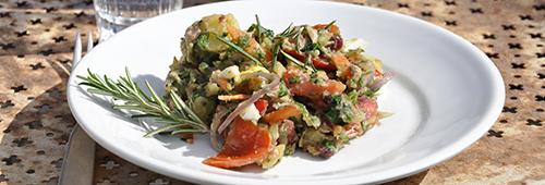Bunter, mediterana Kartoffelsalat